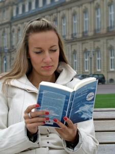 """Stuttgarterin liest """"Die Sturmflut"""" von Magriet de Moor auf dem Schlossplatz (Foto: Wolfgang Tischer)"""